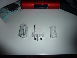 USB线,5V1A的充电器,一个颇像EarPods的耳机(然而我没机会用)