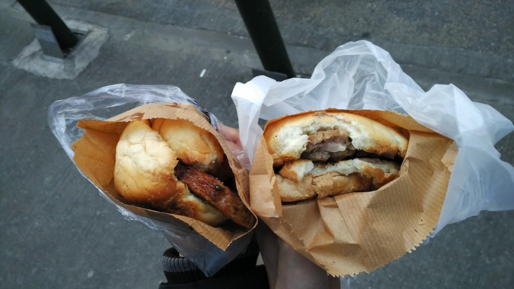 途中遇见了一家叫[我们这一家]的面包店,她们的猪排包和鸡排包真的好好好吃!
