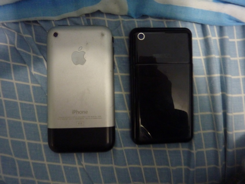 机背,这里算是和iPhone有点分别,就是那个背盖.