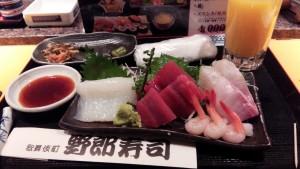 寿司刺身料理,最搞笑的是有一杯橙汁