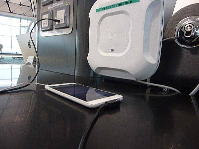闸口旁有免费上网的电脑以及充电插头,于是先充个电以及和老妈通知了