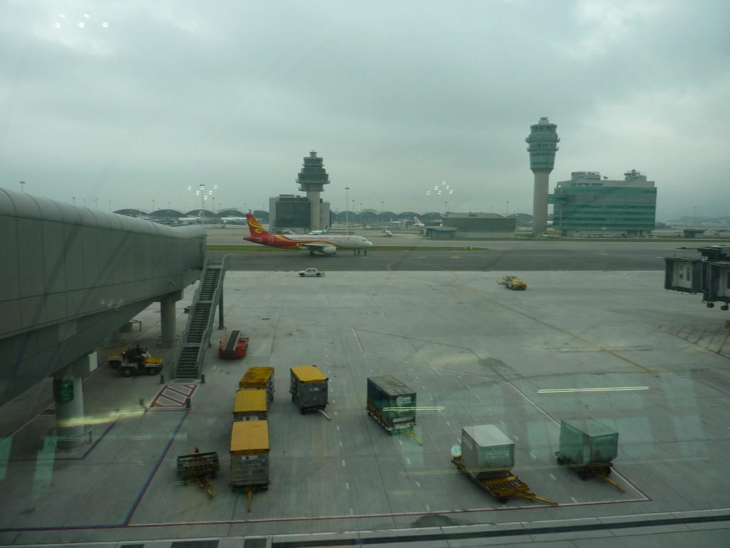 望着外面的飞机,心里更紧张了