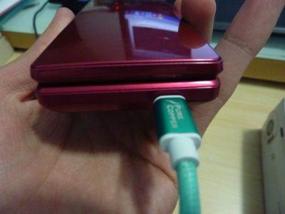 至於通常充电接口,就由以往日本传统手机常用的接口换成Micro USB.