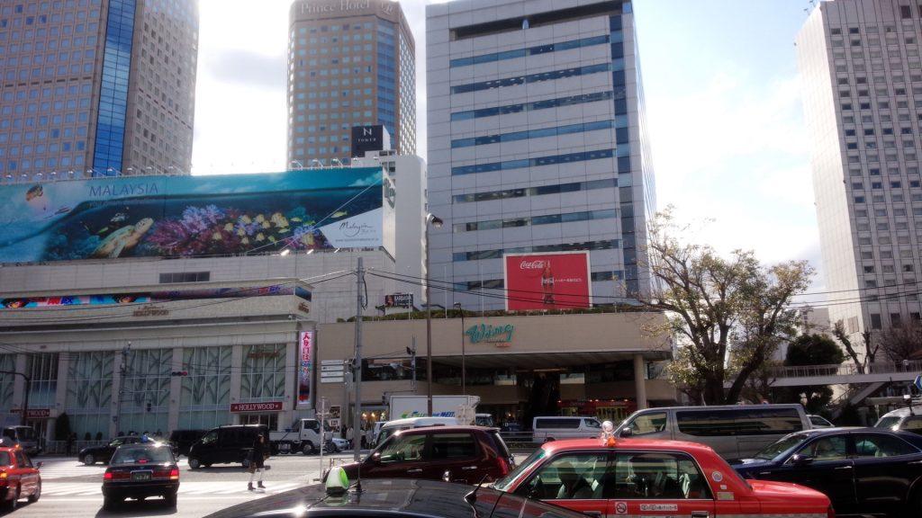 摄于品川站前,对面就是名为Wing的商场以及[Super Hollywood品川店(帕青哥店)]