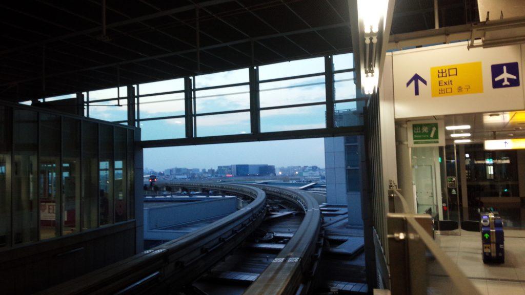 话说我也是太心急了,下午五点就已经到机场了