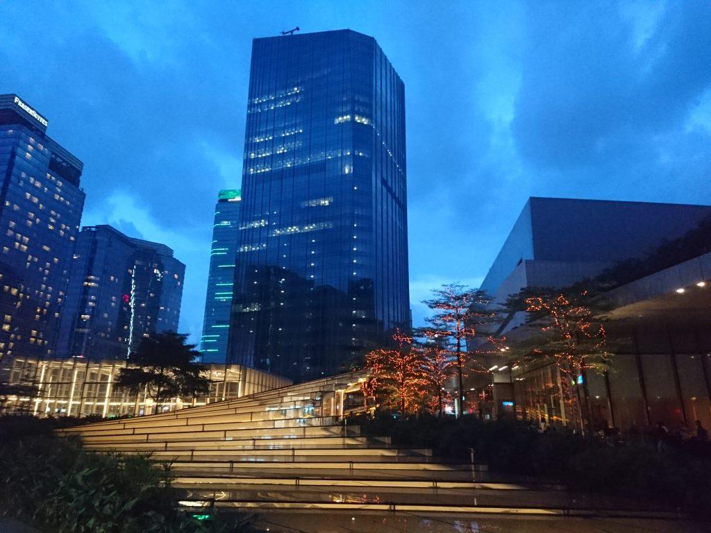 文章完成于广州太古汇索尼直营店门前