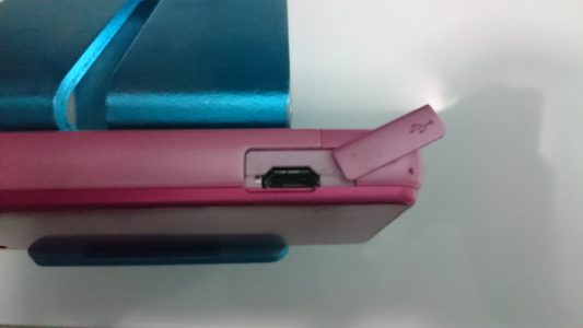 少数使用Micro USB的功能手机,在读卡器短缺的年代曾经拿来当MicroSD读卡器使用