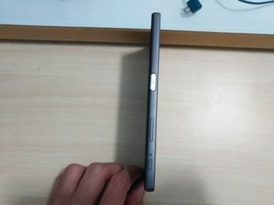侧面,除了Z5系列开始的特征[侧面指纹识别开关键]外,还有被放到和快门键很近的音量键.