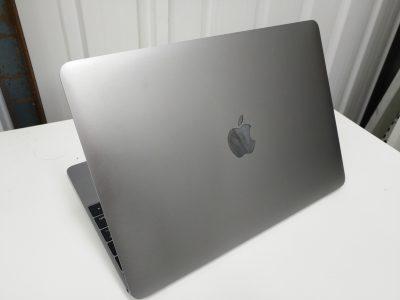 从背面看,太空灰机身+无背光苹果标志,是不是和iPad很像?