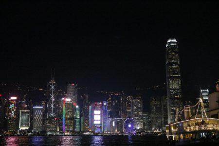 从维多利亚湾眺望对面的香港岛