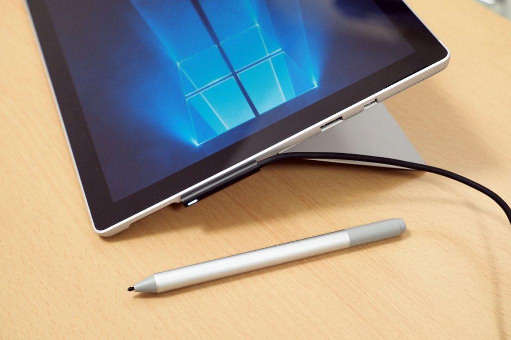 Surface Pro侧面,支架张开角度进一步扩大。