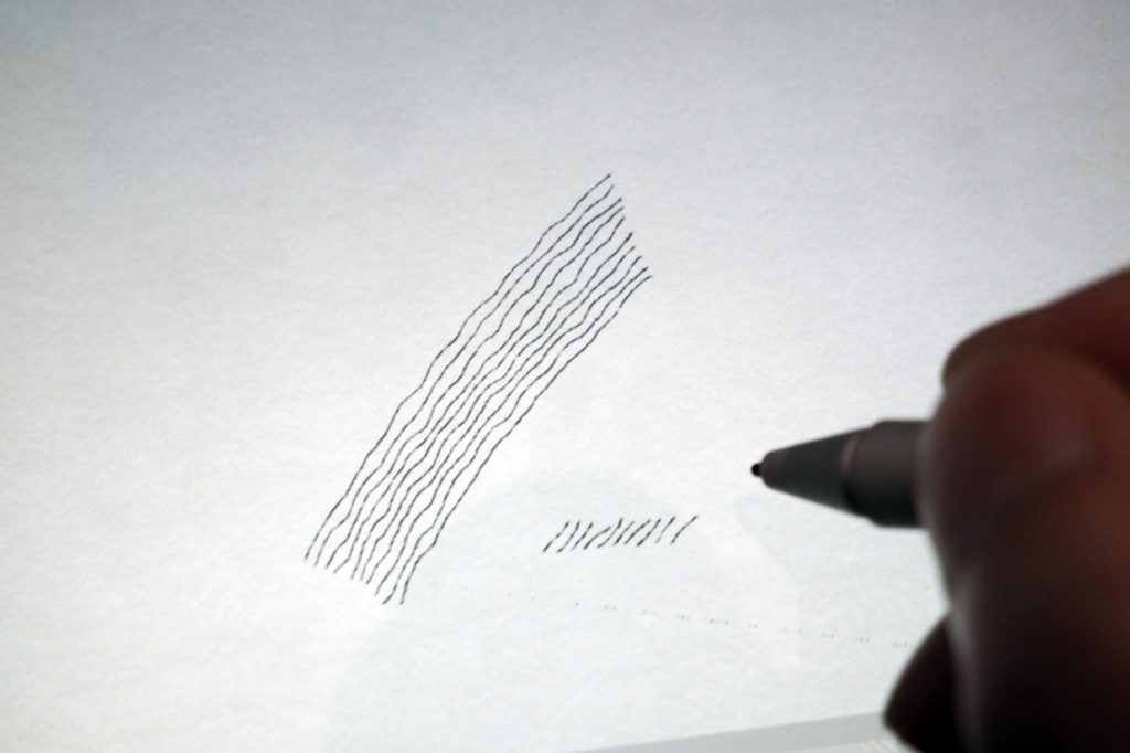 抖动现象举例。虽然也可以使用直尺绘制直线,但是也存在能够检测出坐标的传感器,所以避免使用直尺