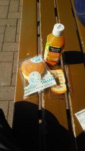 一瓶橙汁,一个铜锣烧雪糕(!),以及一块记忆面包型小吃