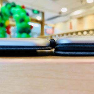 iPad Pro的10.5英寸版本(左)与9.7英寸版本厚度对比