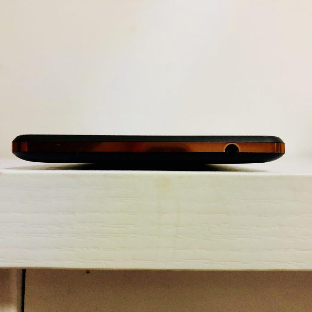 Nokia 7 Plus的耳机开口位置