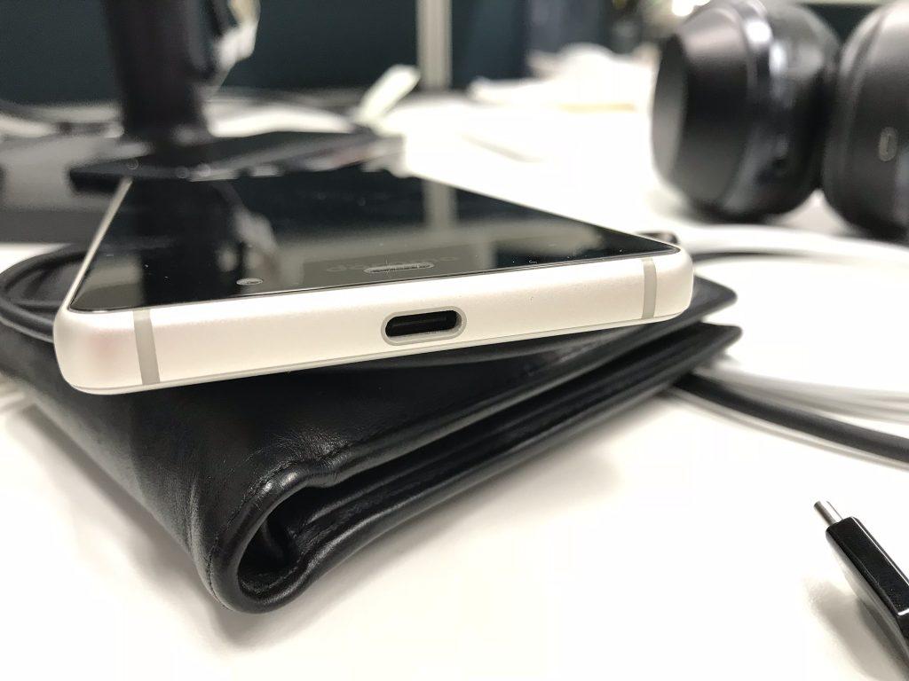 底部,一向在接口方面[像素级模仿]蓝绿两厂的富士通也在这次NX上引入USB-C接口,而且支持PD快充.(顺便,3.5毫米耳机孔还在)