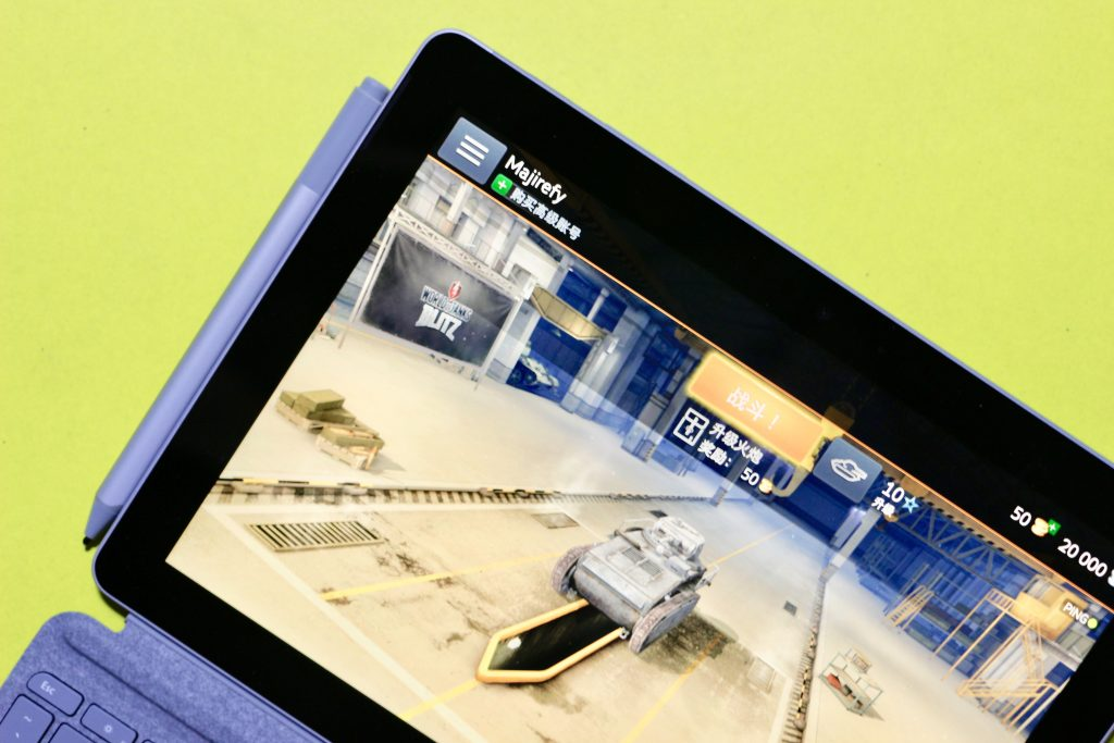 "Surface Go运行""坦克世界:闪电战"""