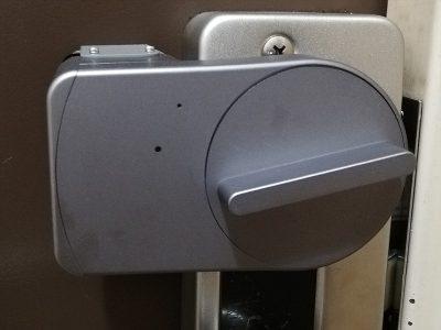 智能门锁Sesame mini,放在门后的反锁把手上使用。透过蓝牙或WiFi连接,再用手机操作的未来风产品。唯一在意的是马达声音有点大。