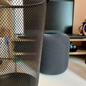 最后附上HomePod和我家垃圾桶的合影,一家亲~