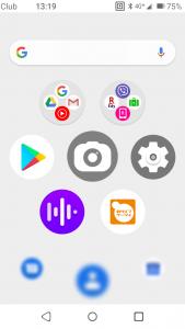 基本类似Palm Phone的桌面,同样是7个应用以蜂巢式分布。不过貌似乐天的可以用档案夹收纳应用。